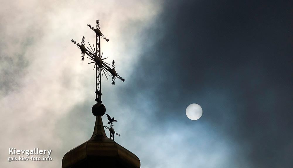 Крест и солнце в небе. Cross and sun in sky