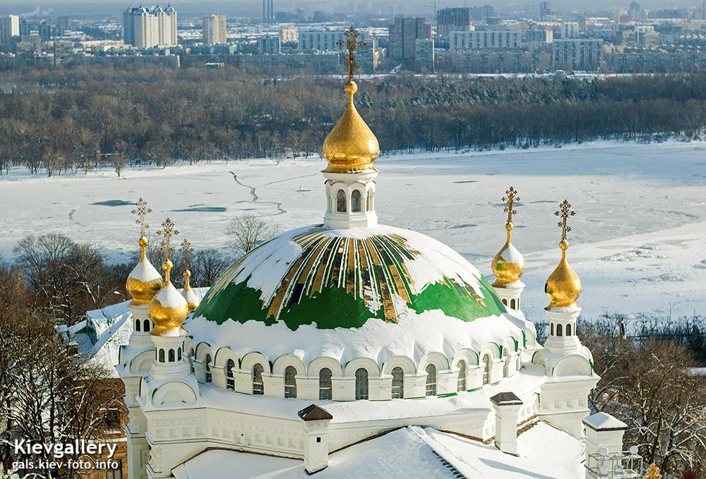 Купол Трапезного храма в снегу