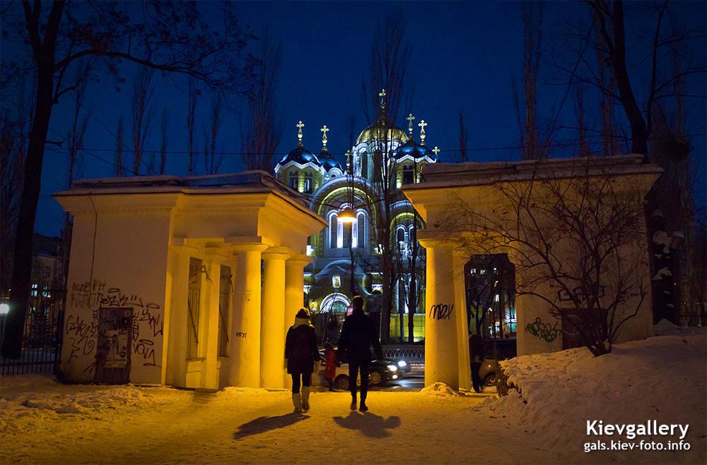 Ворота напротив Владимирского собора. Gates in front of St. Vladimir's Cathedral