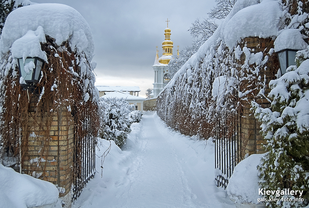 заснеженная лаврская тропинка. snow-covered lavra path