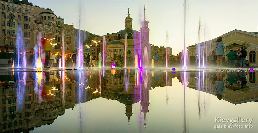 Фонтан на Почтовой площади вечером