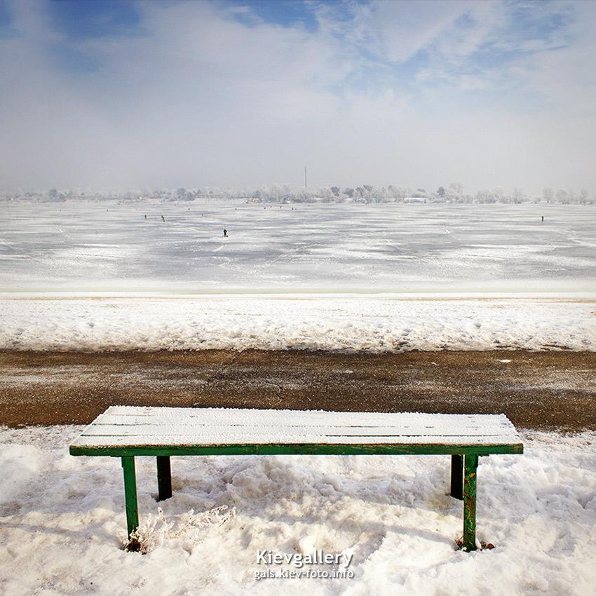 с видом на замерзший залив