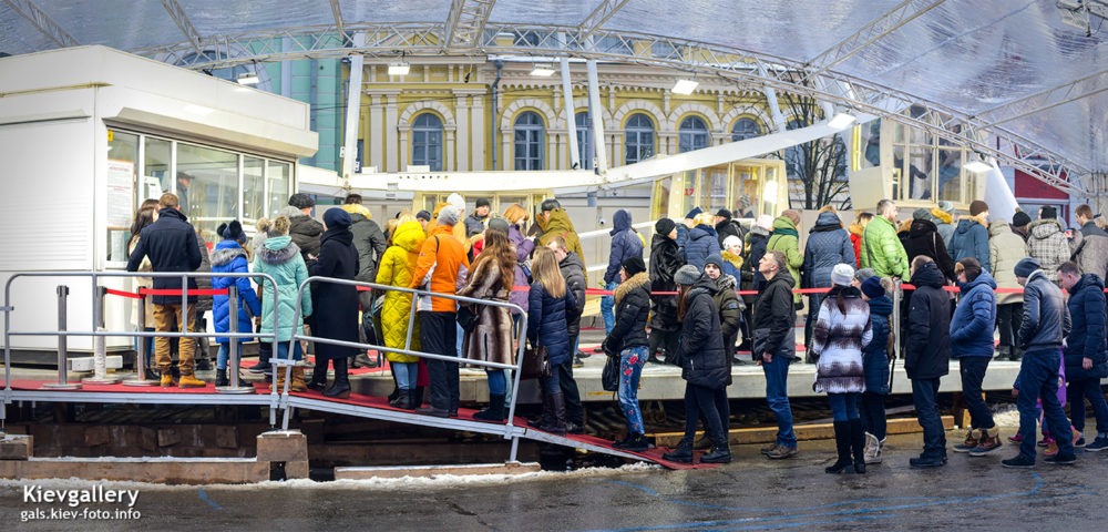Колесо обозрения на Контрактовой площади на Подоле. Очередь к кассе