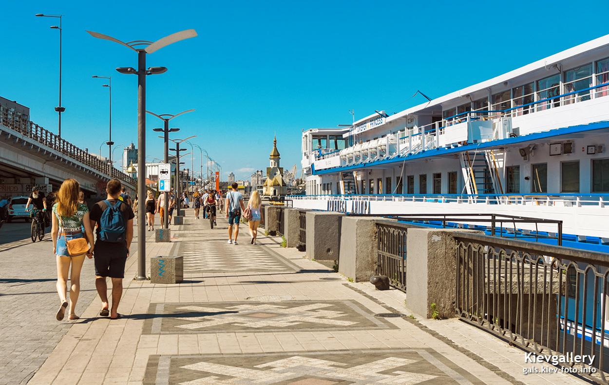 Летняя прогулка по набережной на Почтовой площади