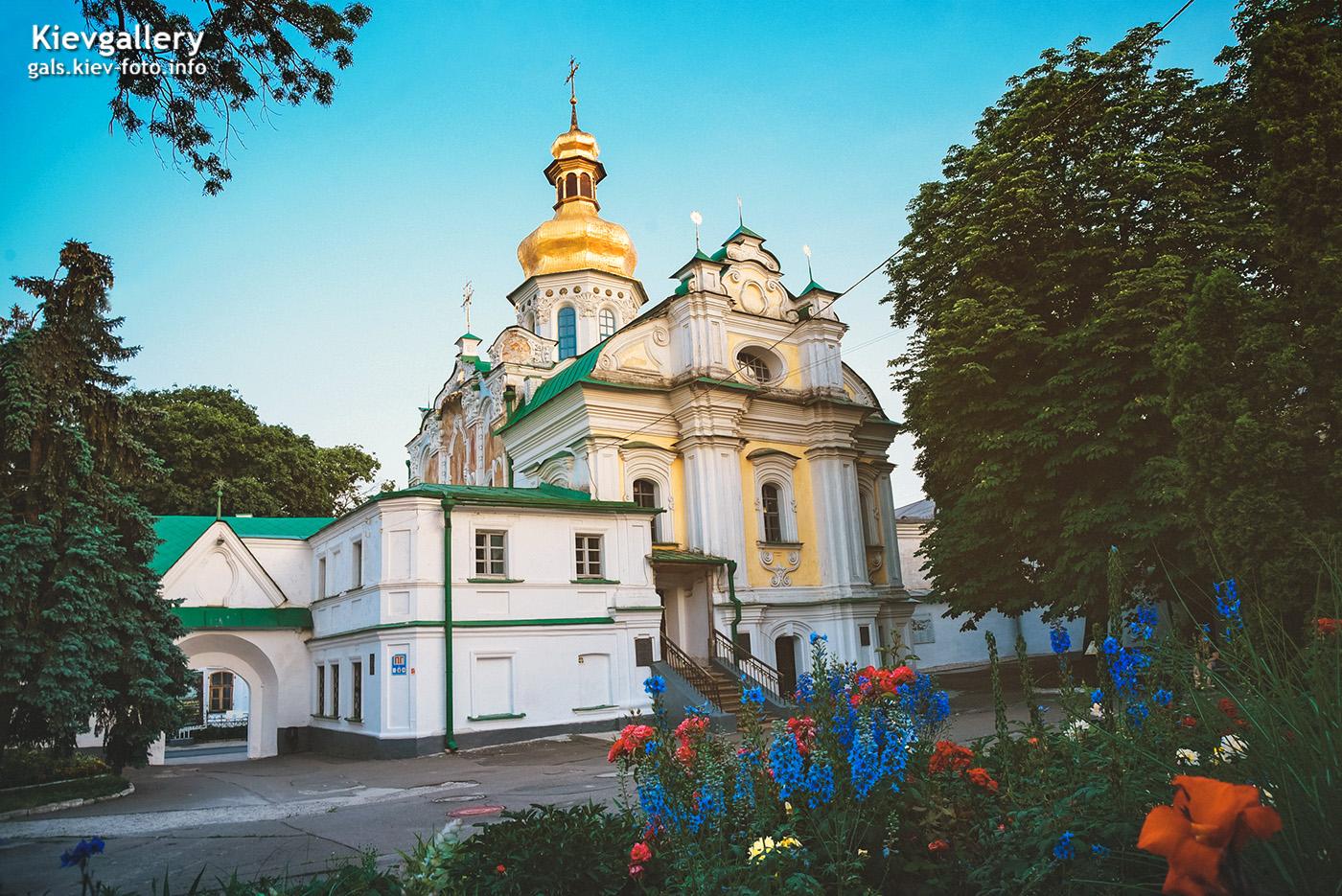 Древняя 900-летня Троицкая надвратная церковь. Вид с боку