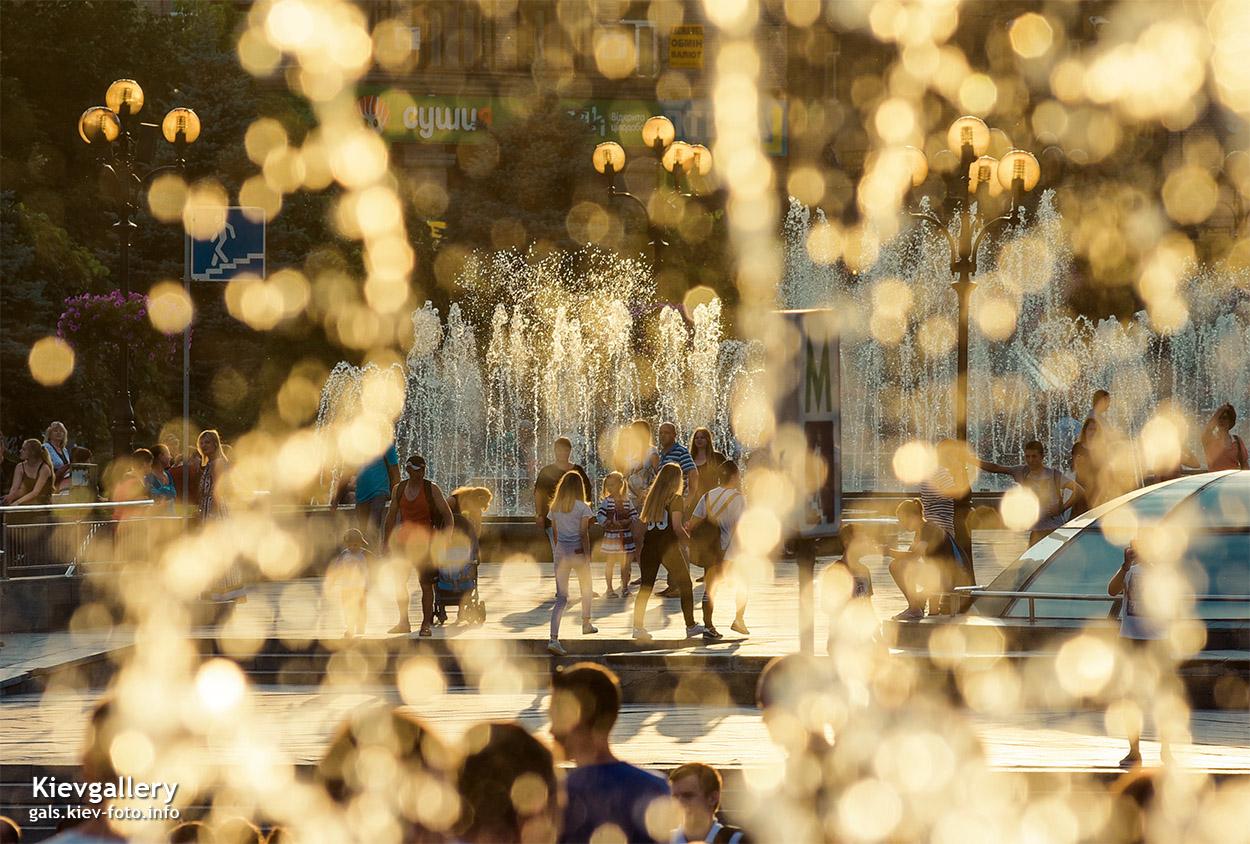 Фонтан на Майдане в свете заходящего солнца