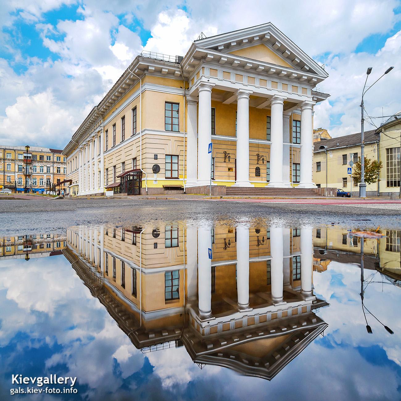Киев в отражении луж. Контрактовый дом
