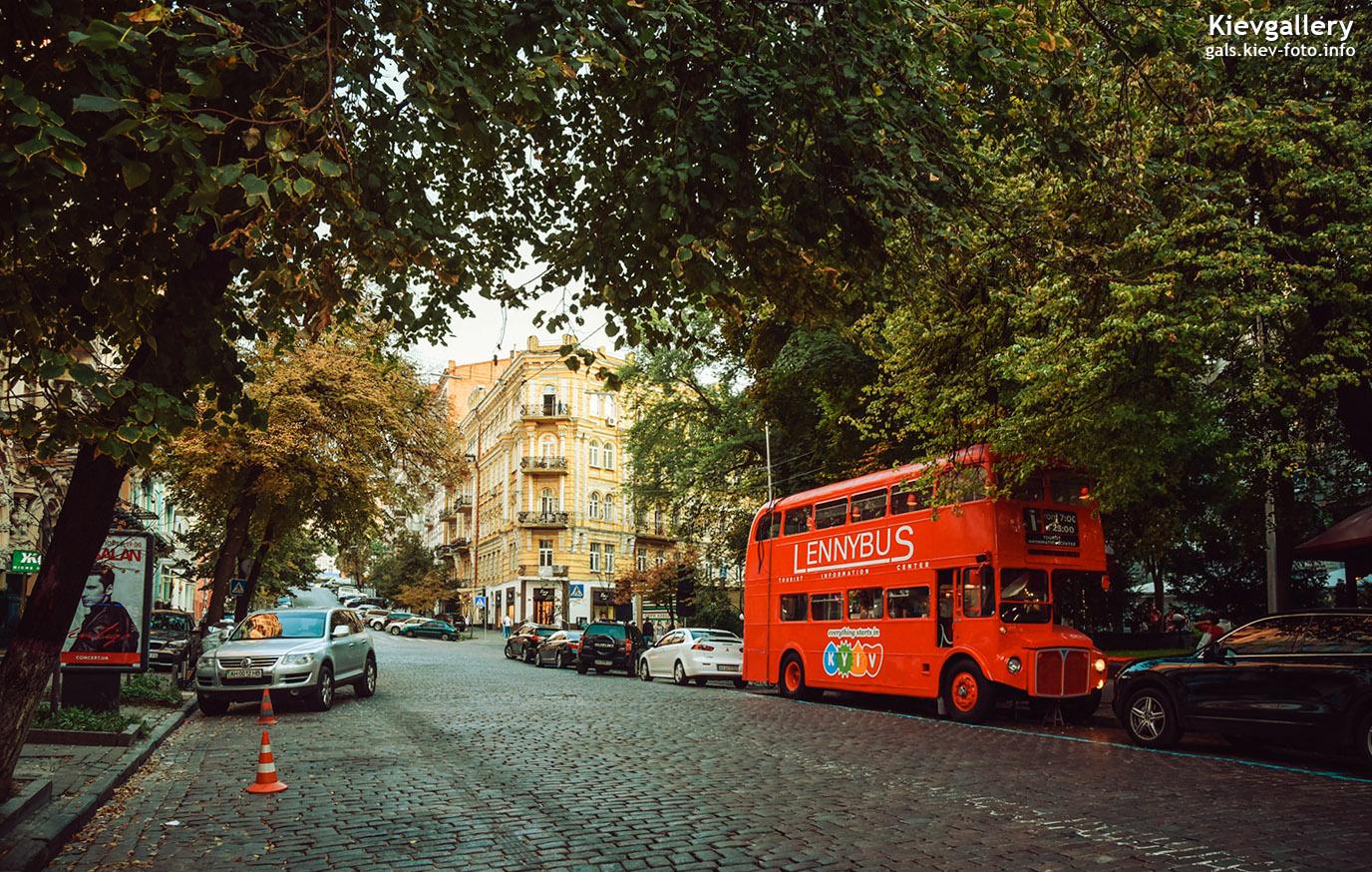 Красный двухэтажный автобус на улице Городецкого