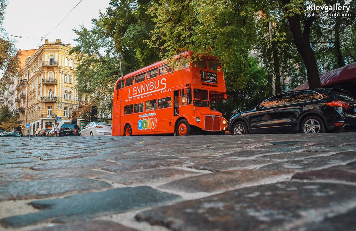 Красный автобус на улице Городецкого
