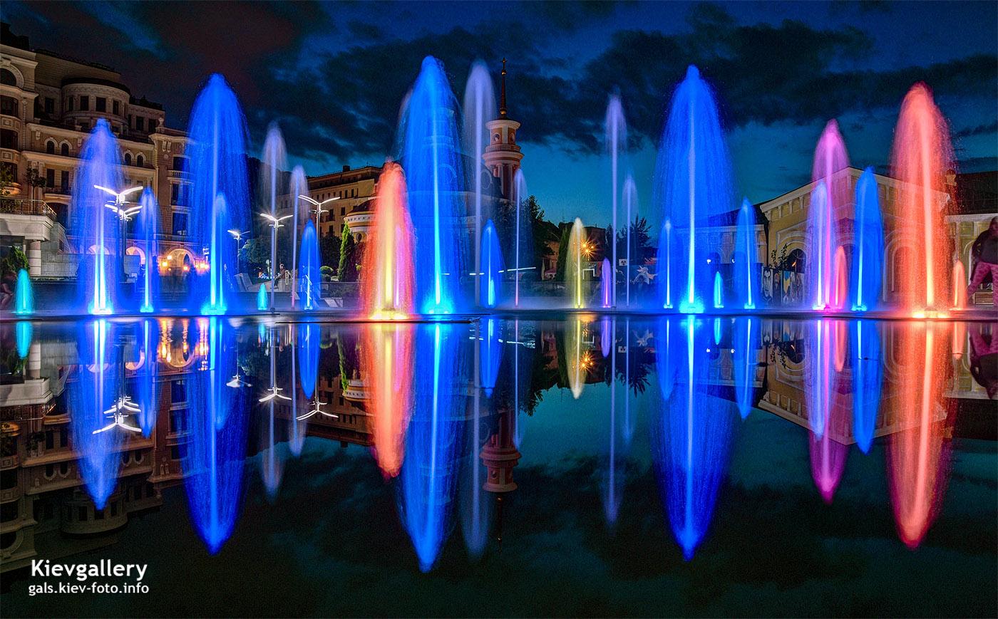 Вечерний фонтан на Почтовой площади