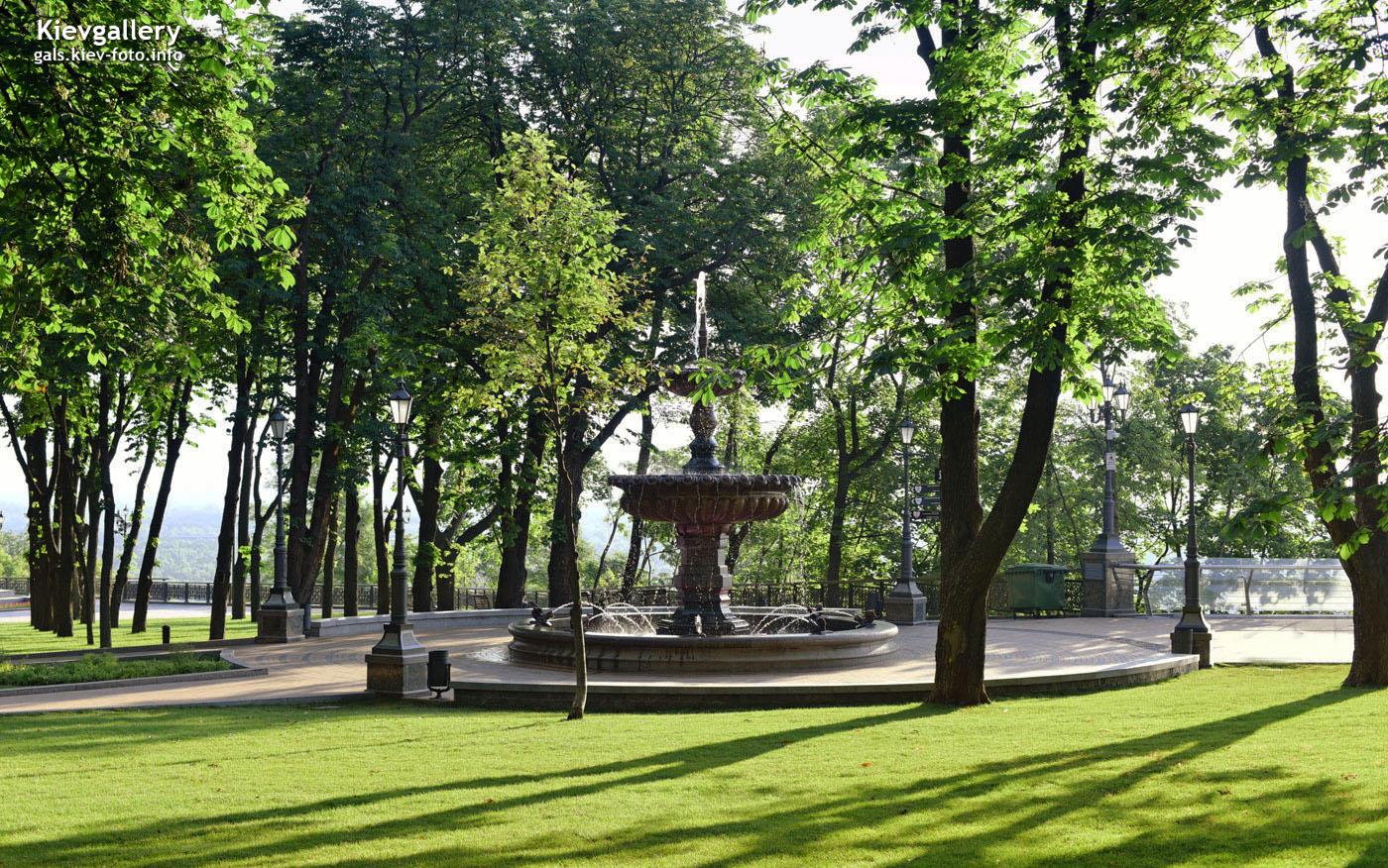 Новый фонтан на Владимирской горке в утреннем свете