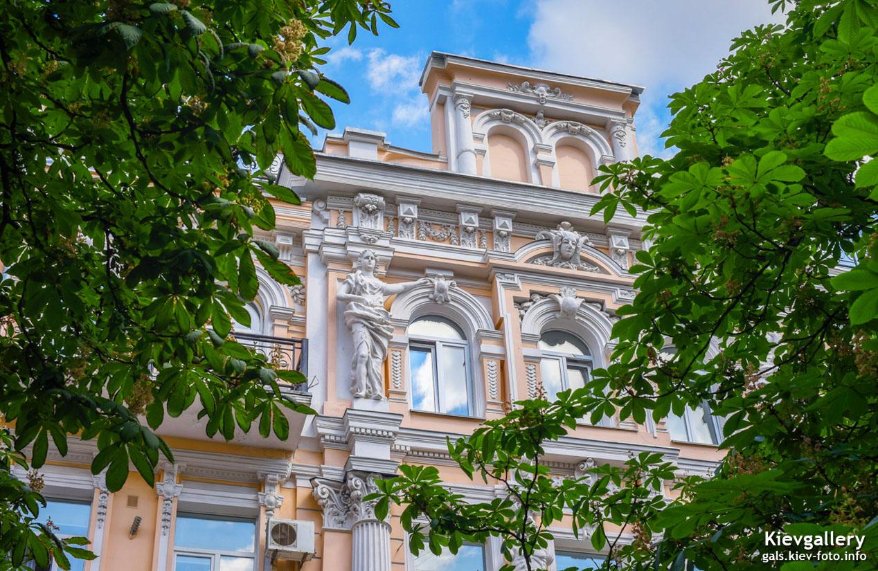 Дом с красивой лепниной на Антоновича 23