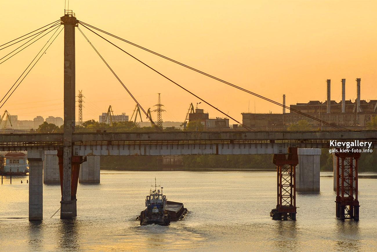 Баржа под Рыбальским мостом