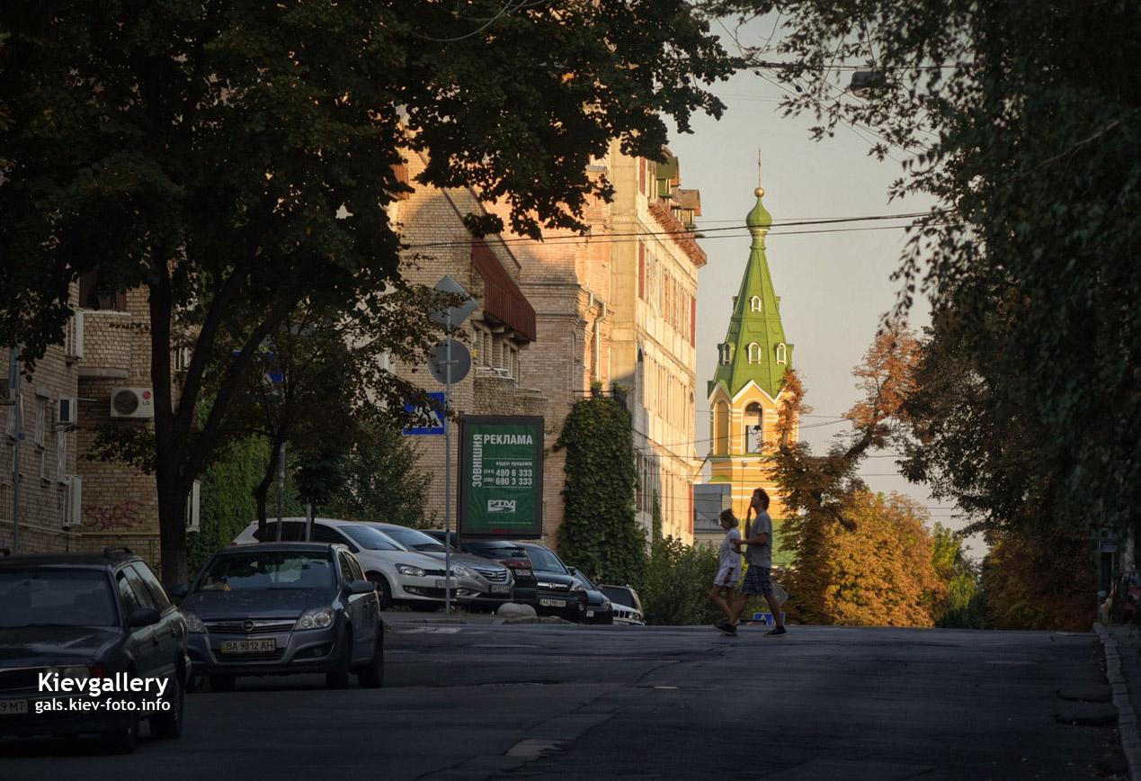 Пешеходы на улице Почайнинская