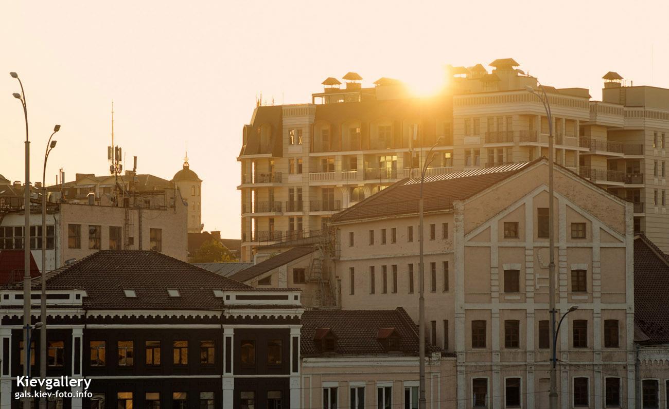 Садящееся на крышами подольских домов солнце
